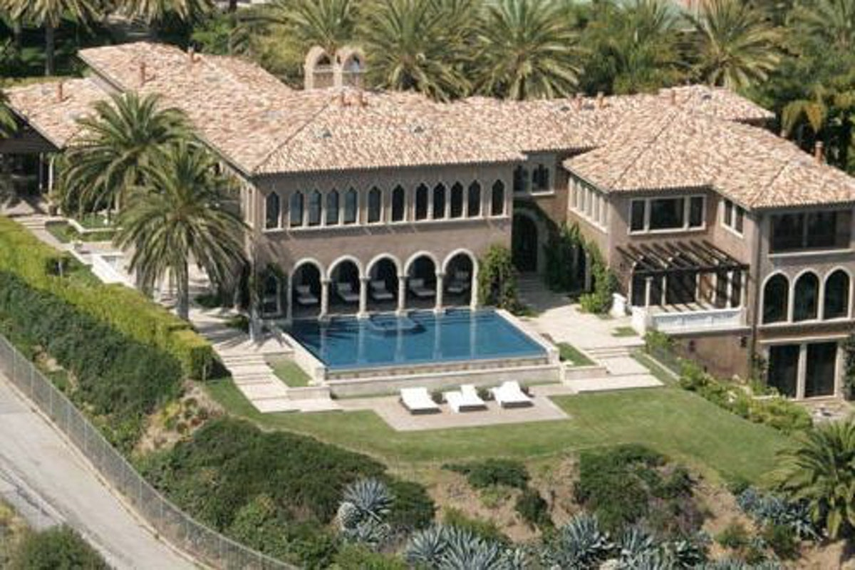 90d7aec6b17835eb57b8013dcb69d944 495x330 - Top 10 Celebrity Mansions
